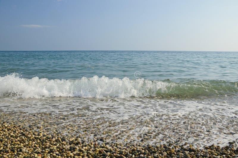 Suavemente trate la onda con suavidad en el Mar Negro fotos de archivo