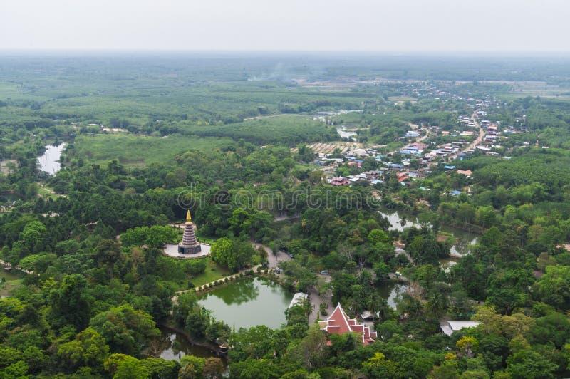Subúrbios na opinião aérea do país de Tailândia foto de stock