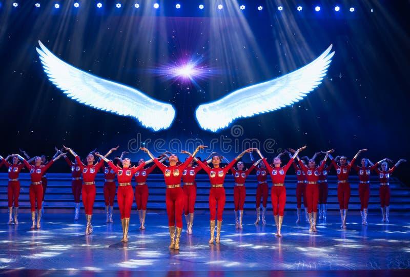 Suba acima no céu com uma dança subir-moderna início-jovem imagem de stock royalty free