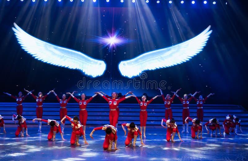 Suba acima no céu com uma dança subir-moderna início-jovem imagem de stock