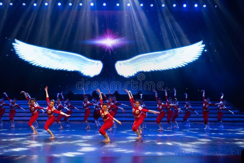 Suba acima no céu com uma dança subir-moderna início-jovem imagens de stock royalty free