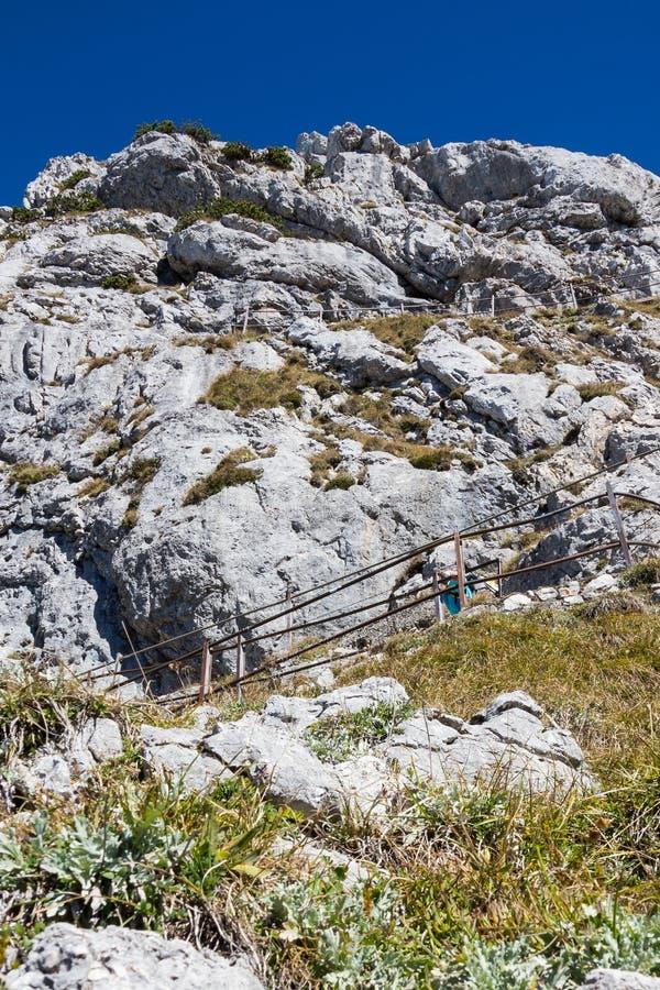 suba al top de la montaña el 1889m, montañas de Wendelstein de la roca, verticales foto de archivo