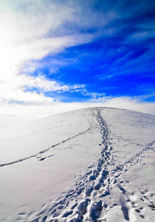 suba para arriba la colina al cielo foto de archivo