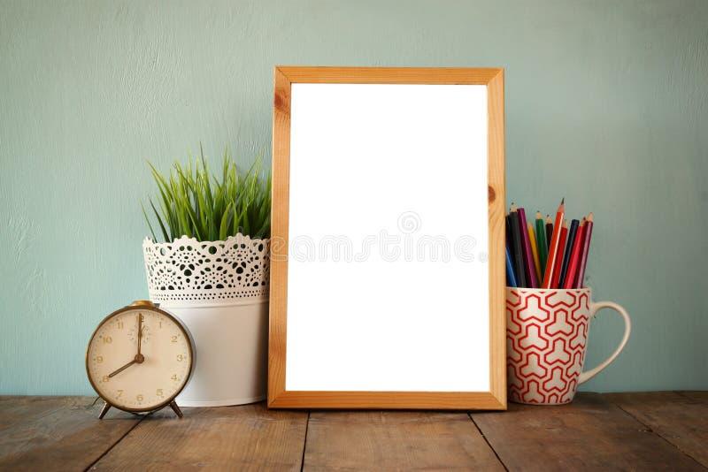 Suba, pila de lápices coloridos y reloj De nuevo a concepto de la escuela fotos de archivo libres de regalías