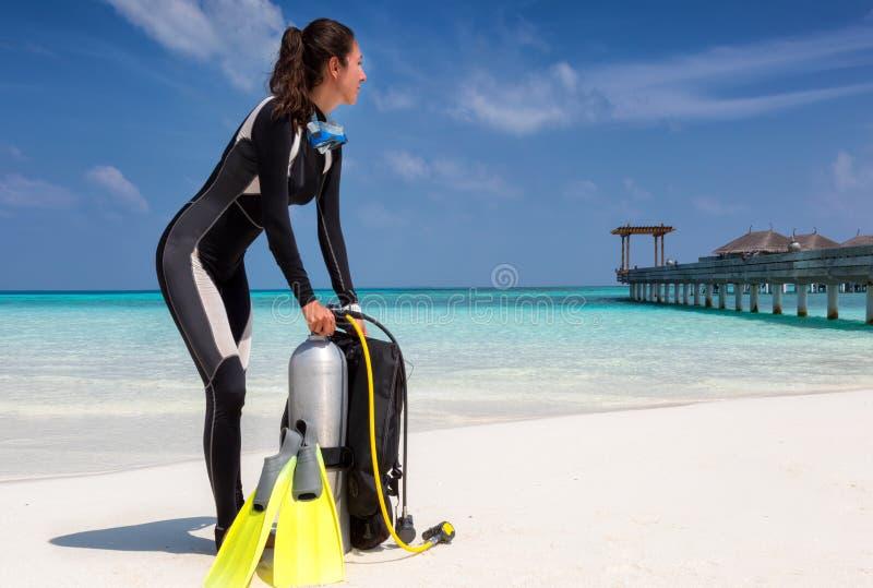 Subaqueo femminile su una spiaggia tropicale fotografie stock libere da diritti