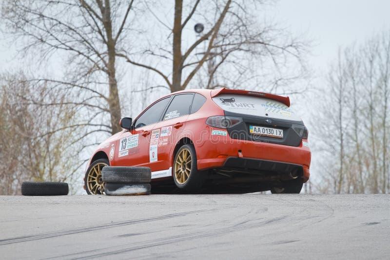 Subaru Impreza, japonés se divierte carreras de coches en el circuito que compite con del motor de Chayka, raza del día, Kyiv Ucr fotos de archivo libres de regalías