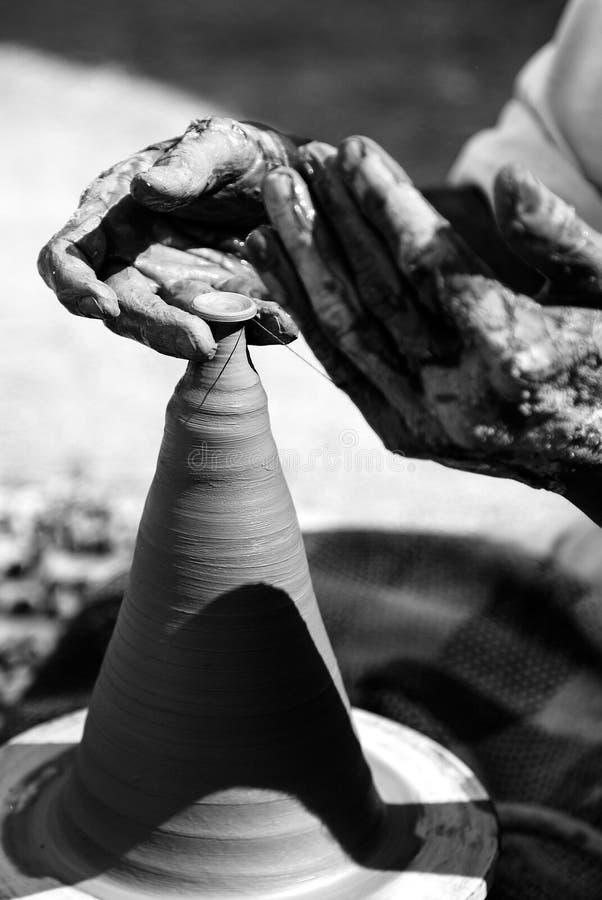 Subcontinente/cerámica tradicionales que hace usando una placa giratoria del eje, Paquistán de Asia del Sur fotos de archivo