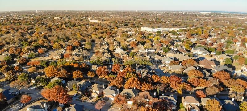 Subdivision panoramique de vue aérienne avec le feuillage d'automne coloré dans Flower Mound, le Texas, Etats-Unis photos stock