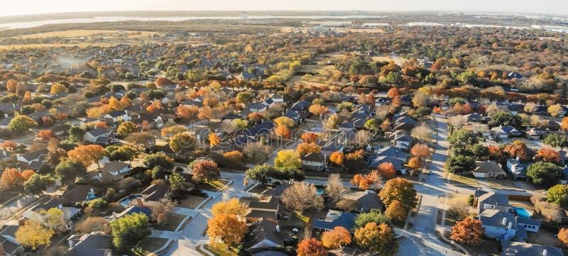 Subdivision panoramique de vue aérienne avec le feuillage d'automne coloré dans Flower Mound, le Texas, Etats-Unis photographie stock libre de droits