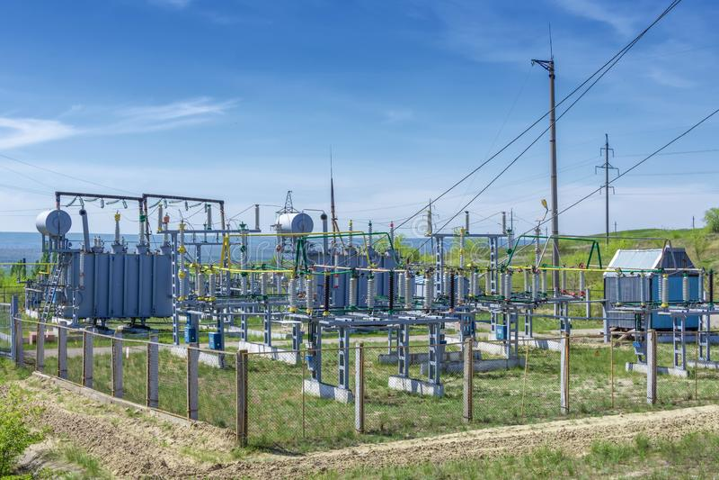 Subestação do transformador da distribuição elétrica, na perspectiva da vegetação verde fotografia de stock