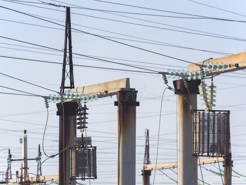 Subestação elétrica de alta tensão com transformadores fotografia de stock