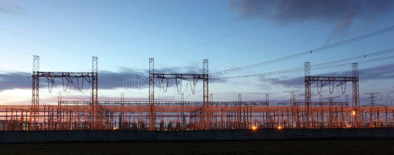 Subestación de la distribución silueteada contra el cielo de la oscuridad, electricit fotografía de archivo