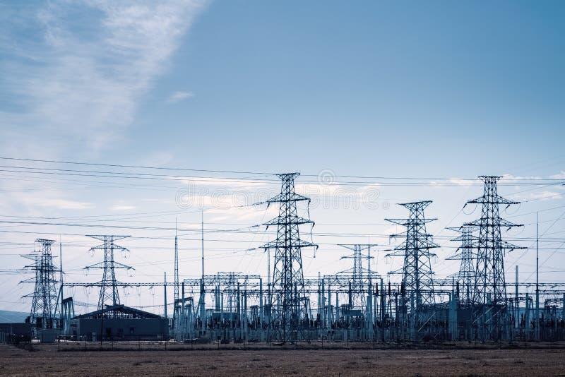 Subestación del transformador y distribución de torres eléctricas foto de archivo libre de regalías