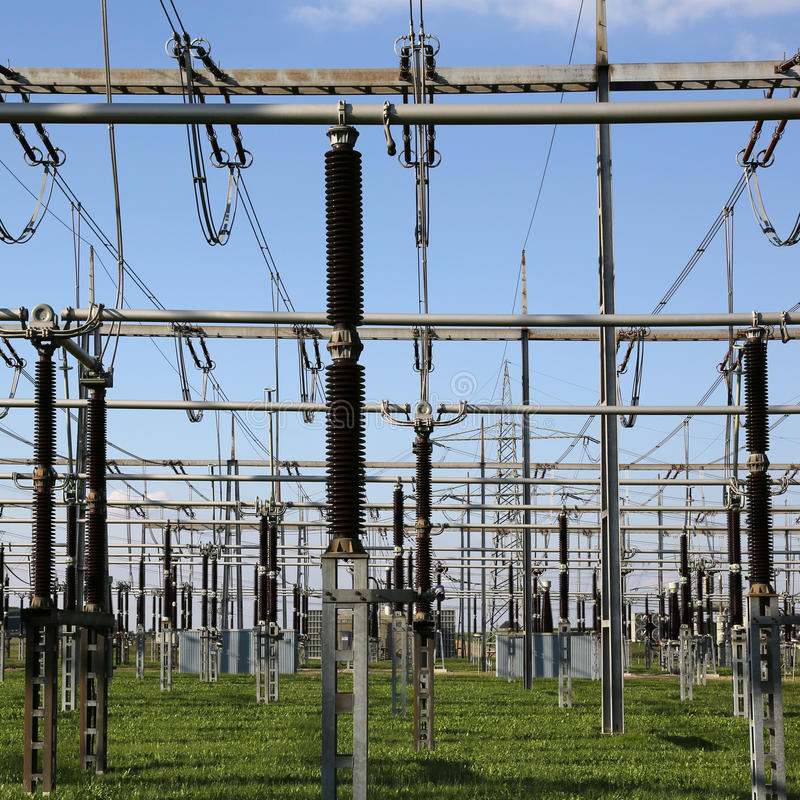 Subestación eléctrica con la energía y la electricidad t de los transformadores foto de archivo libre de regalías