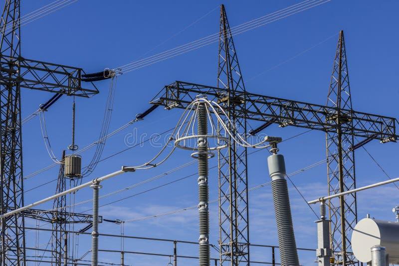 Subestación eléctrica eléctrica de alto voltaje peligrosa III imagen de archivo libre de regalías