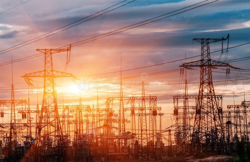 Subestación eléctrica de la distribución con las líneas eléctricas foto de archivo libre de regalías