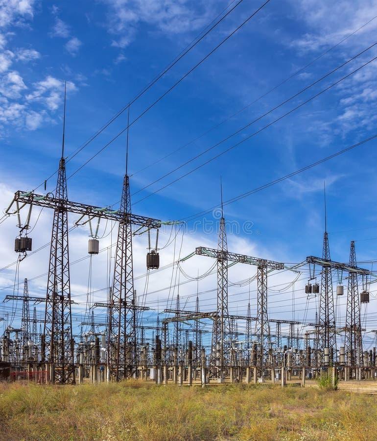 Subestación eléctrica de la distribución con las líneas eléctricas contra SK imagen de archivo libre de regalías