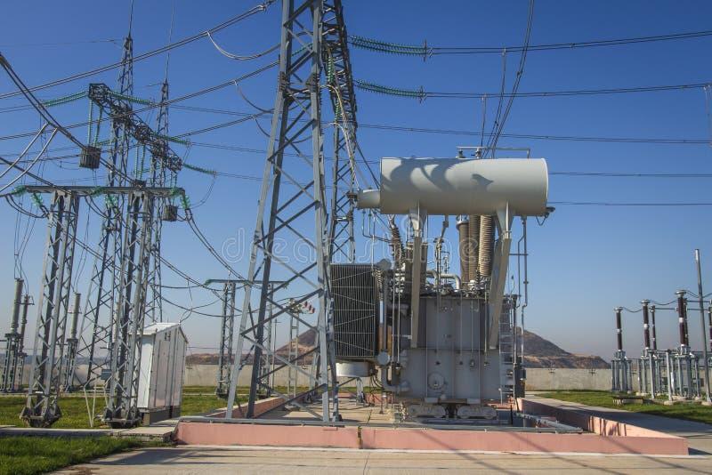 Subestación eléctrica del poder con equipos de alto voltaje Estación de alto voltaje eléctrica Líneas eléctricas y transformador imagenes de archivo