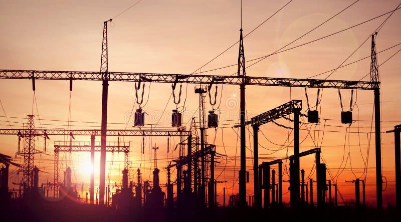 Subestación eléctrica en el cielo dramático fotografía de archivo