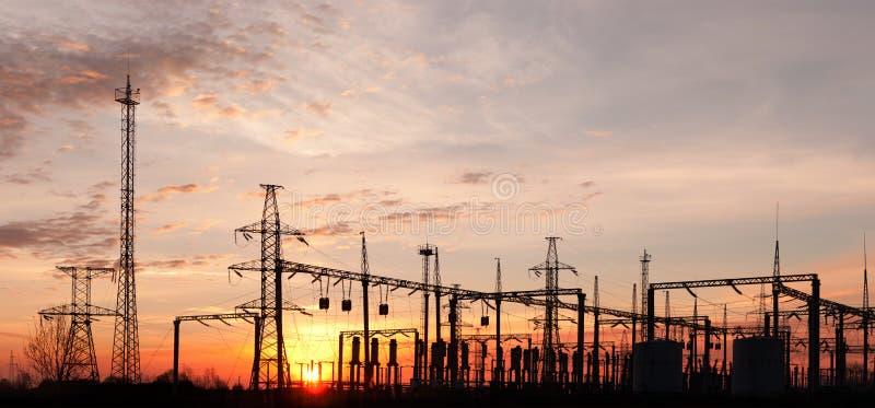 Subestación eléctrica en el cielo dramático imagen de archivo libre de regalías