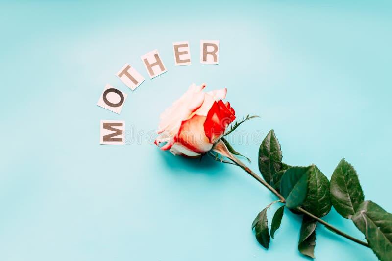 subió para la madre, pone letras a la madre en fondo azul imagen de archivo