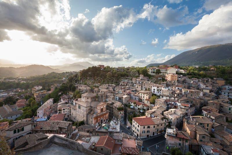Subiaco Italien Flyg- sikt av den forntida italienska byn royaltyfri bild