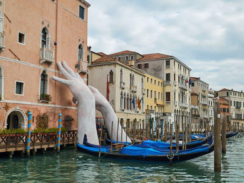 Subida blanca gigante de las manos de un agua Venecia, Italia imagen de archivo