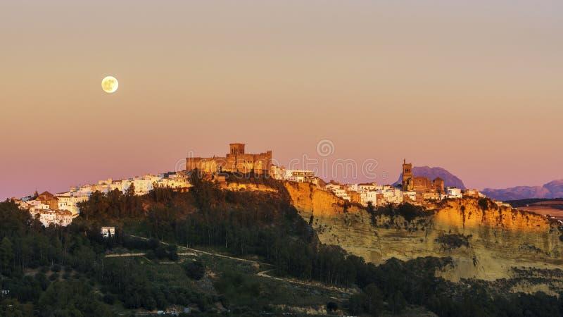 Subida Cádiz España de la Luna Llena de Arcos de la Frontera imagen de archivo