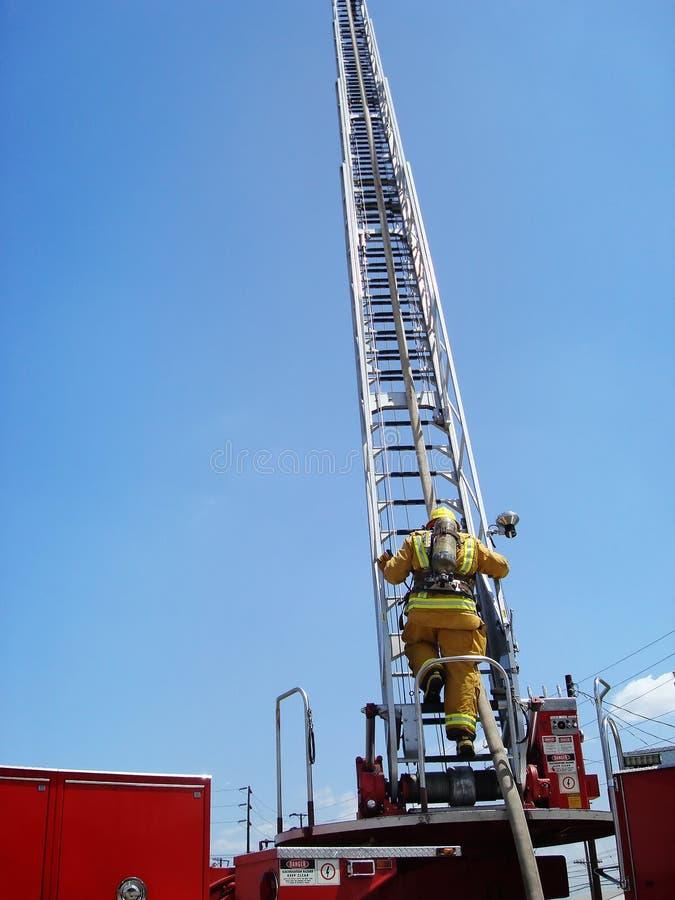 Subida de la escala del bombero fotografía de archivo libre de regalías