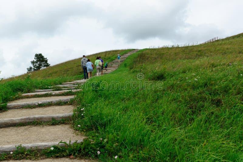 Subida de la gente por la colina foto de archivo