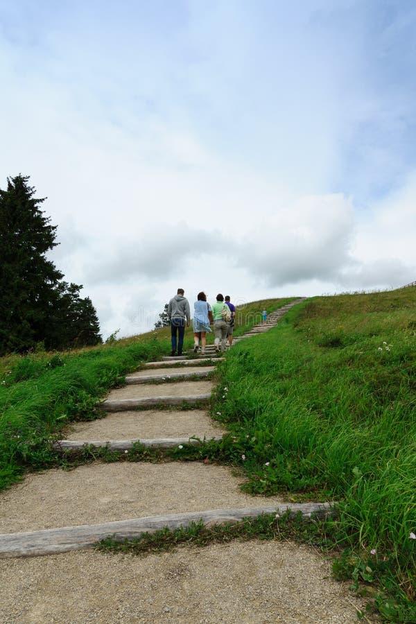 Subida de la gente por la colina fotografía de archivo libre de regalías