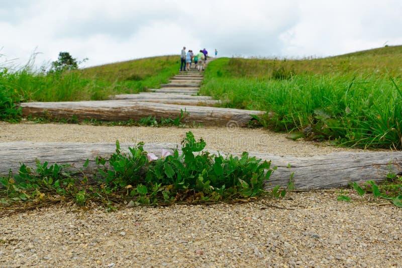 Subida de la gente por la colina imagen de archivo libre de regalías