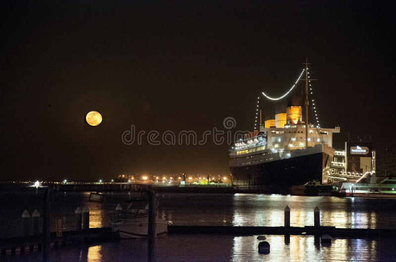 Subida de la luna, Queen Mary, Long Beach, California fotos de archivo