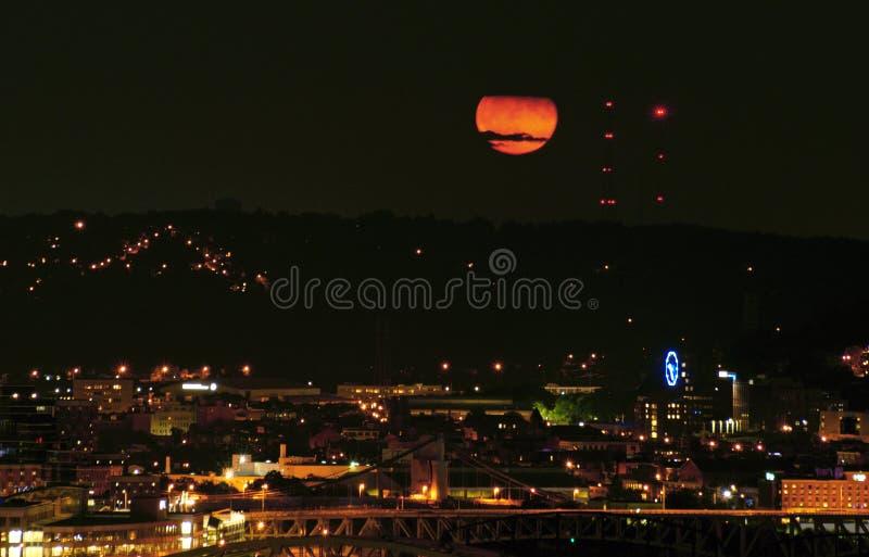 Subida de la luna roja sangre fotos de archivo libres de regalías