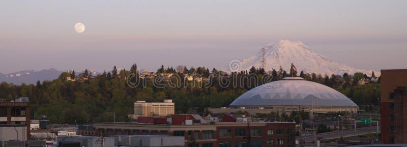 Subida de la luna sobre el horizonte Tacoma Washington United States de la ciudad fotos de archivo libres de regalías
