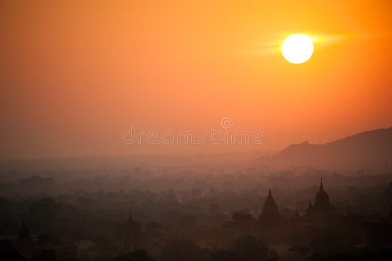 Subida de Sun con de niebla y neblina antes de la salida del sol en la ciudad antigua Bagan del campo de la pagoda fotos de archivo
