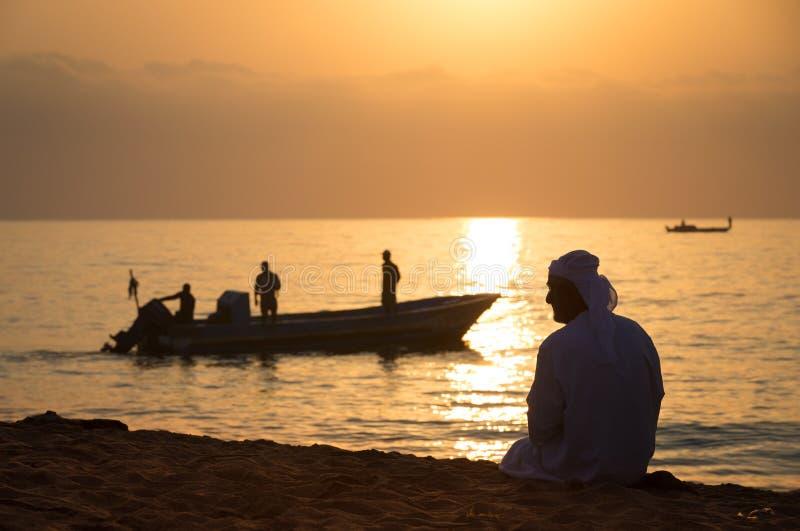 Subida de Sun en la playa árabe imagen de archivo