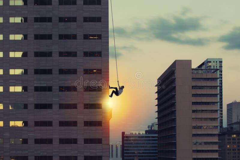 Subida del hombre de negocios un rascacielos Meta de negocio del logro y concepto difícil de la carrera fotografía de archivo