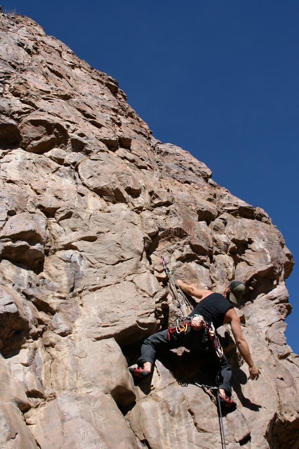 Subida do montanhista de rocha fotografia de stock royalty free