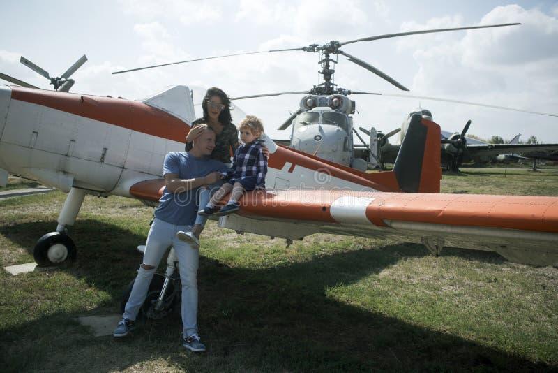 Subida en un aeroplano Vacaciones de familia Viaje y viaje de los aviones Pareja de la familia con viaje del niño del muchacho de fotografía de archivo libre de regalías