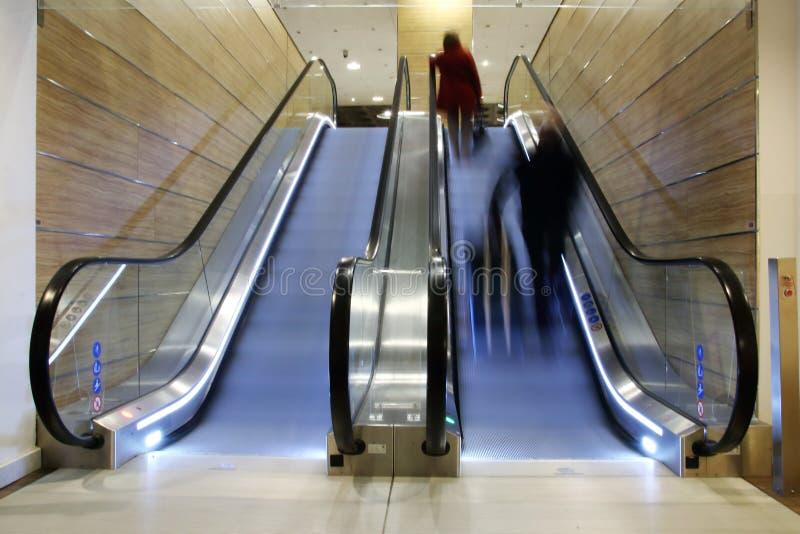 Subida en una escalera móvil fotos de archivo