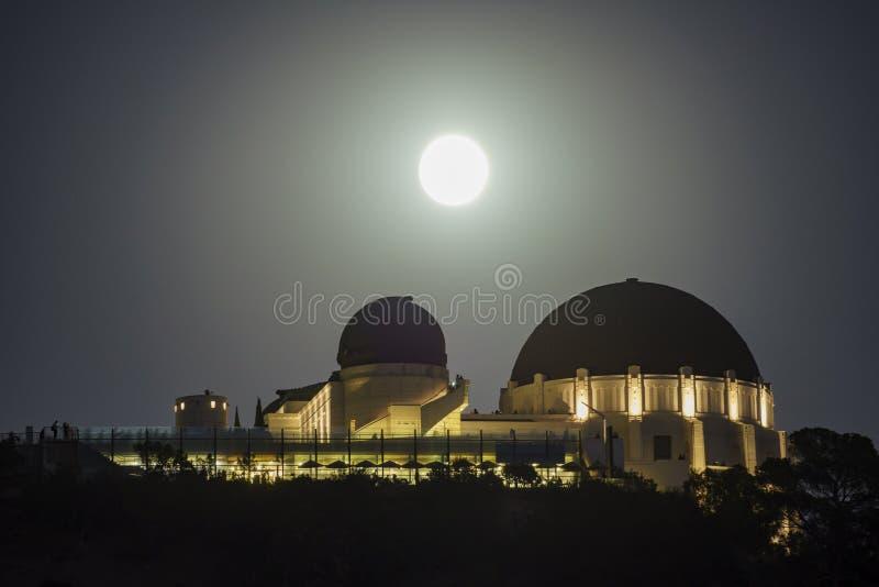 Subida grande de la Luna Llena sobre Griffith Observatory imagen de archivo libre de regalías