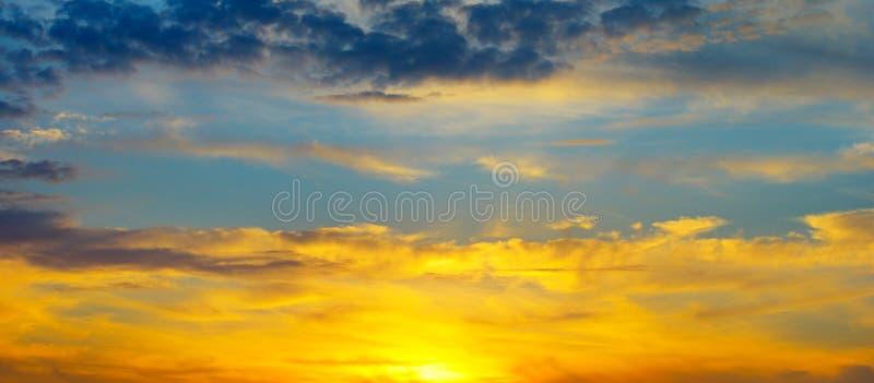 Subida hermosa del sol y cielo nublado Foto ancha imagen de archivo