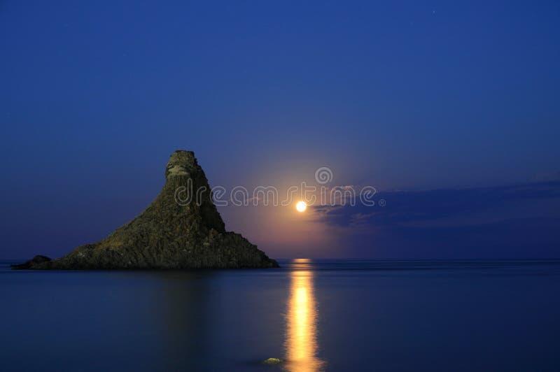 Subida Sicilia Italia Italia - campos comunes creativos de la luna de Acitrezza Faraglioni por el gnuckx fotografía de archivo libre de regalías