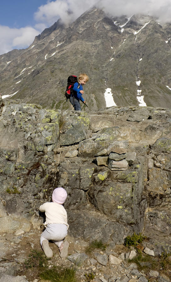 Subir la montaña foto de archivo