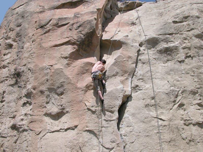 Subir la pared de la roca fotografía de archivo libre de regalías
