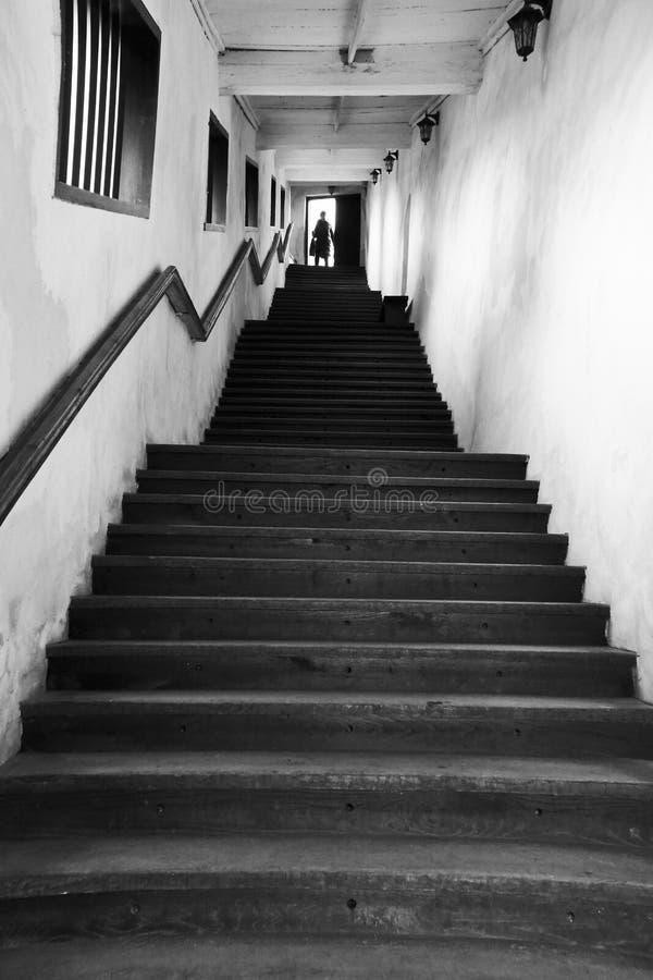 Subir para arriba las escaleras a la luz imagenes de archivo