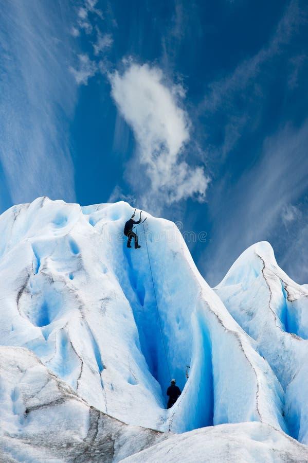 Subir un glaciar en patagonia. fotografía de archivo libre de regalías