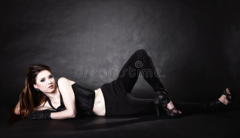Förkroppsliga mycket den punk flickan för skönhet, subkultur fotografering för bildbyråer