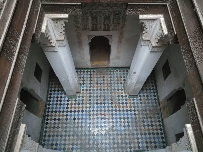 Sublimt arabiskt rum i Madrasa av Ben Youssef, Marrakech fotografering för bildbyråer